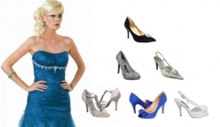 cb8091fd932 Žena v plesových šatech s výběrem bot na podpatku
